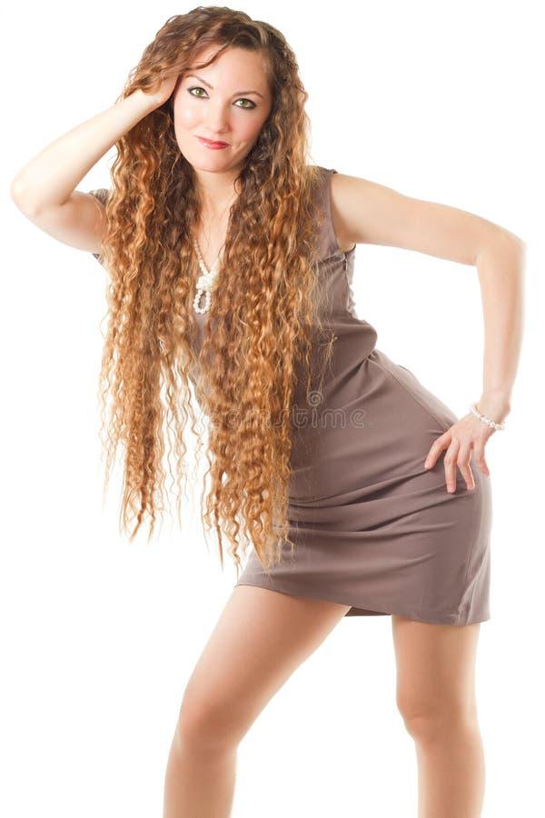 Donna di modello con capelli ricci lunghi in vestito fotografia stock libera da diritti