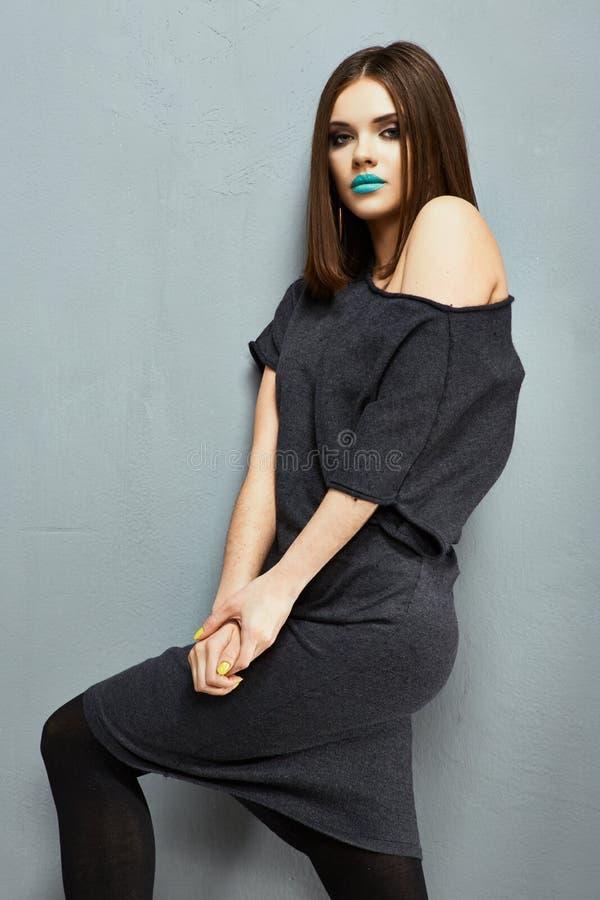 Donna di modello di modo nero del vestito che posa nello studio immagini stock libere da diritti