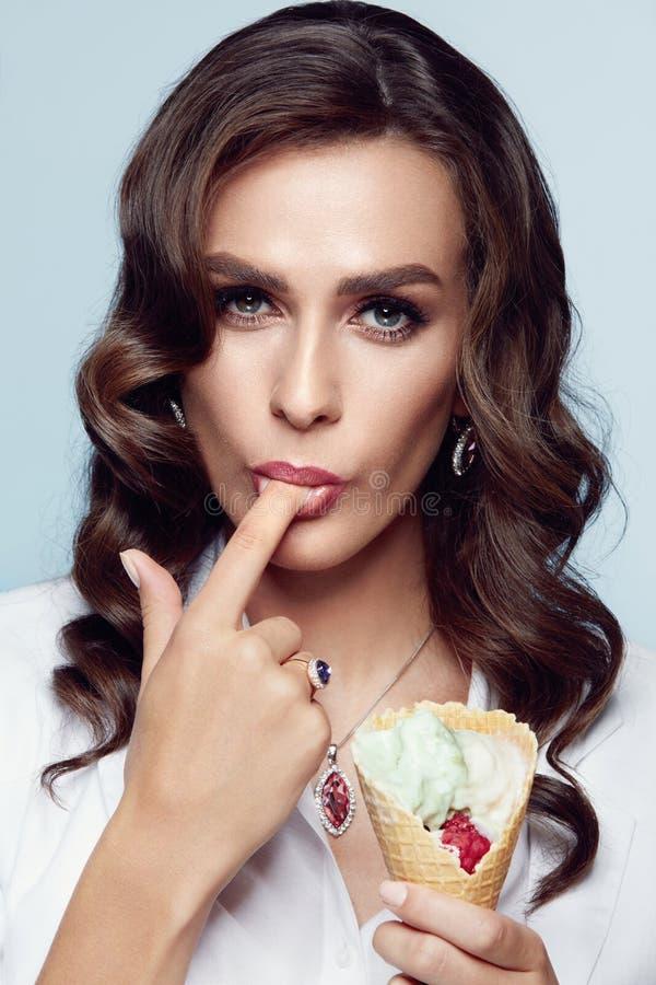 Donna di modo With Beauty Makeup di modello femminile immagini stock