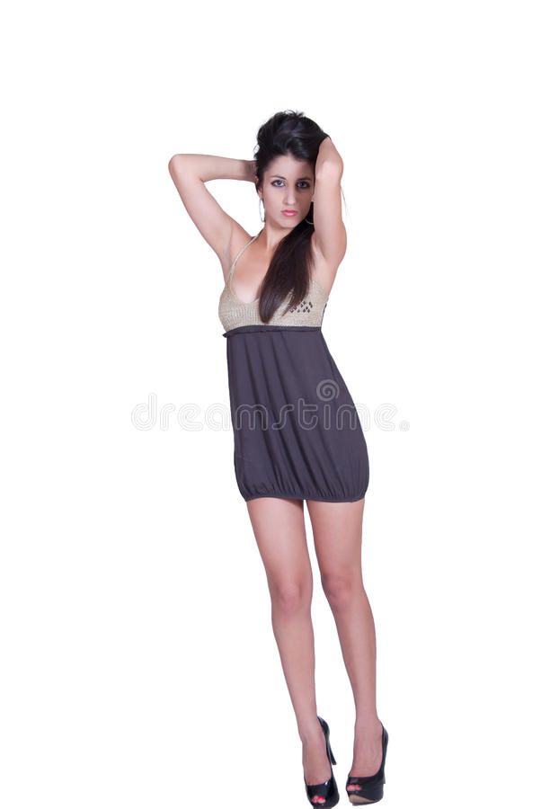 Donna di modo con il vestito castana lungo dalla scollatura di short di usura dei capelli ed i tacchi alti neri fotografie stock libere da diritti