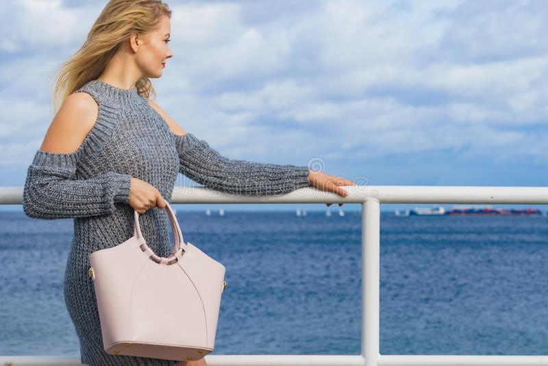 Donna di modo con la borsa all'aperto fotografie stock