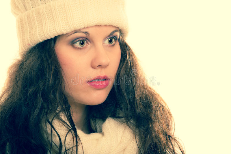 Donna di modo di inverno bella in ritratto caldo dell'abbigliamento fotografia stock libera da diritti