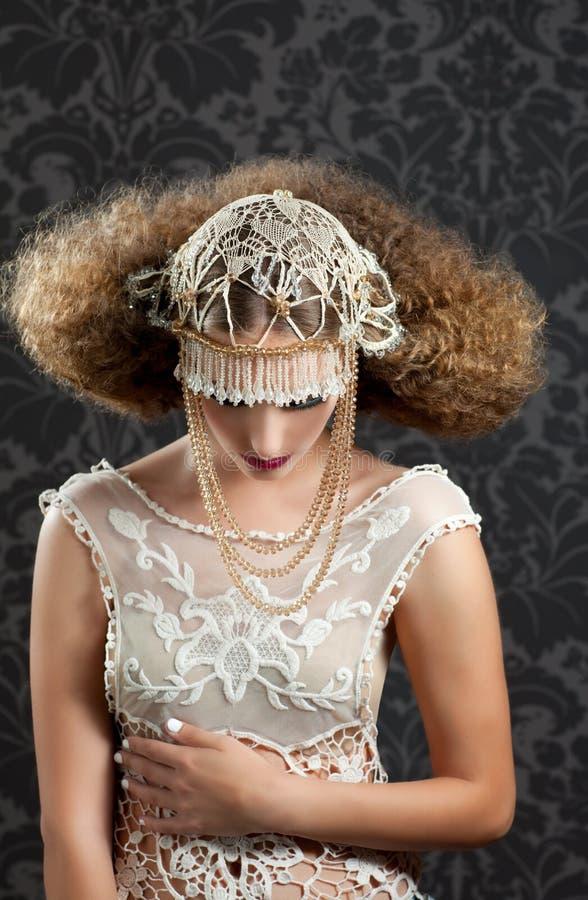 Donna di modo di trucco e di lavoro di parrucchiere fotografie stock