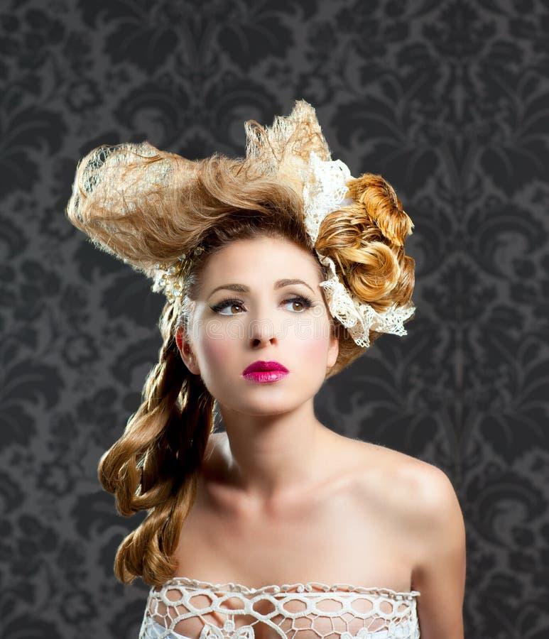 Donna di modo di trucco e di lavoro di parrucchiere fotografia stock libera da diritti