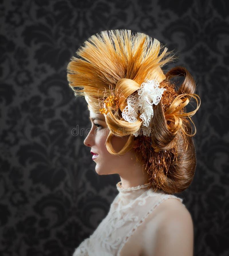 Donna di modo di trucco e di lavoro di parrucchiere immagine stock