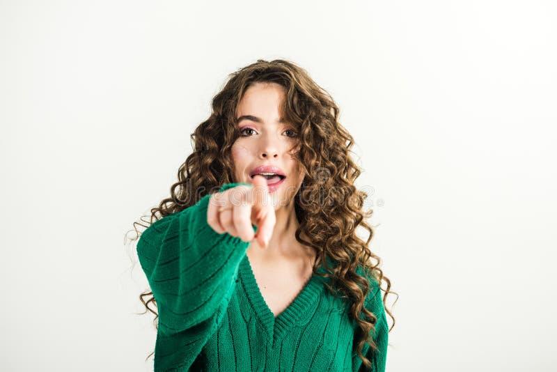 Donna di modo in maglione verde concetto di sguardo di bellezza e di modo immagine stock