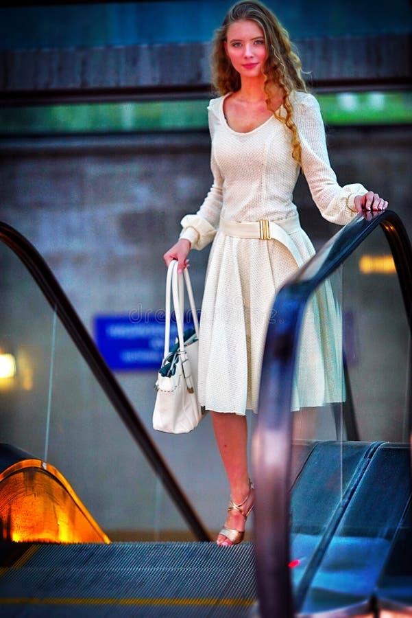 Donna di modo nell'acquisto del vestito dalla molla di autunno sulla via della città fotografia stock