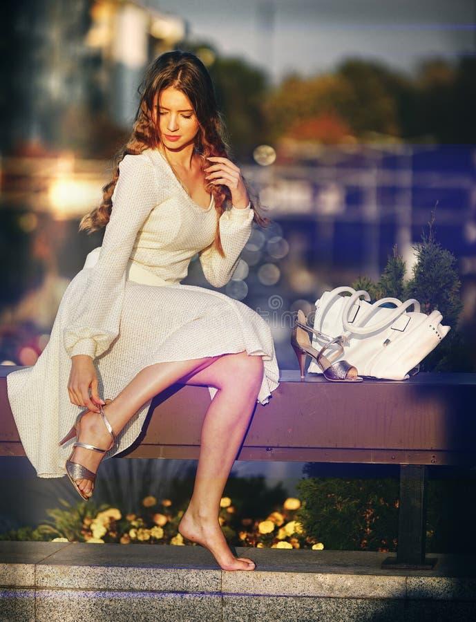 Donna di modo nell'effetto del bokeh del vestito dalla molla di autunno fotografia stock