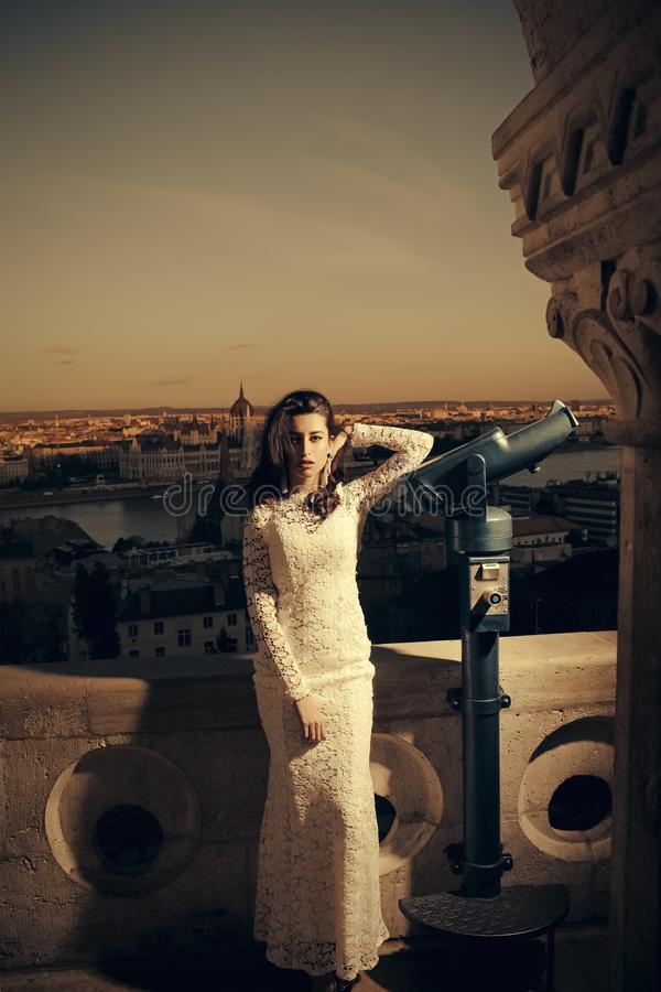 Donna di modo di nozze con il telescopio al punto di vista su paesaggio urbano Viaggio del modello di moda sulla vacanza, nozze fotografia stock