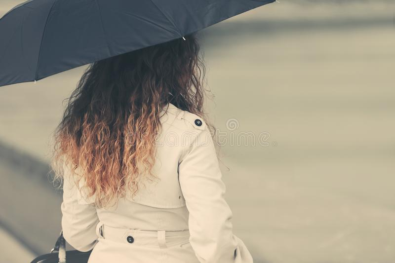Donna di modo in trench bianco con l'ombrello fotografie stock