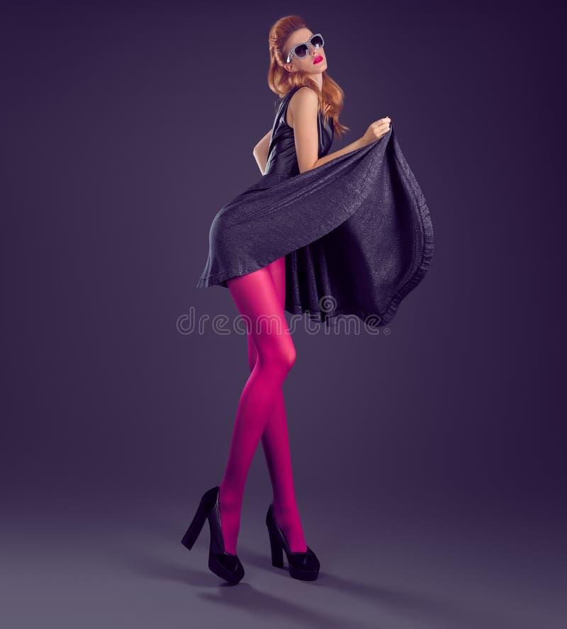 Donna di modo, vestito dagli zecchini di fascino Attrezzatura del partito immagine stock libera da diritti