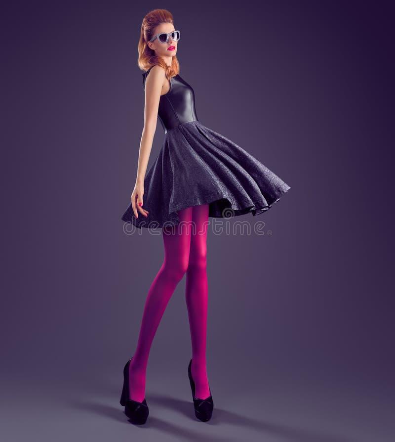Donna di modo, vestito dagli zecchini di fascino Attrezzatura del partito fotografie stock libere da diritti