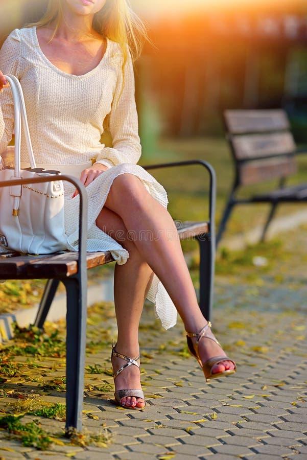 Donna di modo in vestito dalla molla di autunno sulla via del banco della città immagini stock libere da diritti