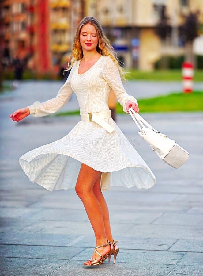 Donna di modo in vestito dalla molla di autunno sulla via della città fotografia stock