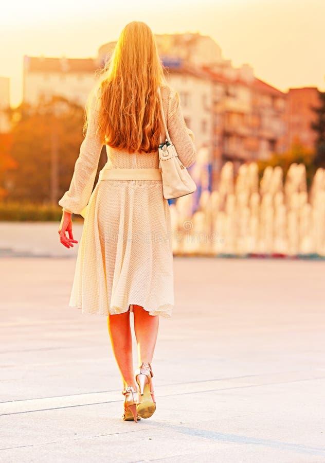 Donna di modo in vestito dalla molla di autunno sulla via e sull'automobile della città immagine stock libera da diritti