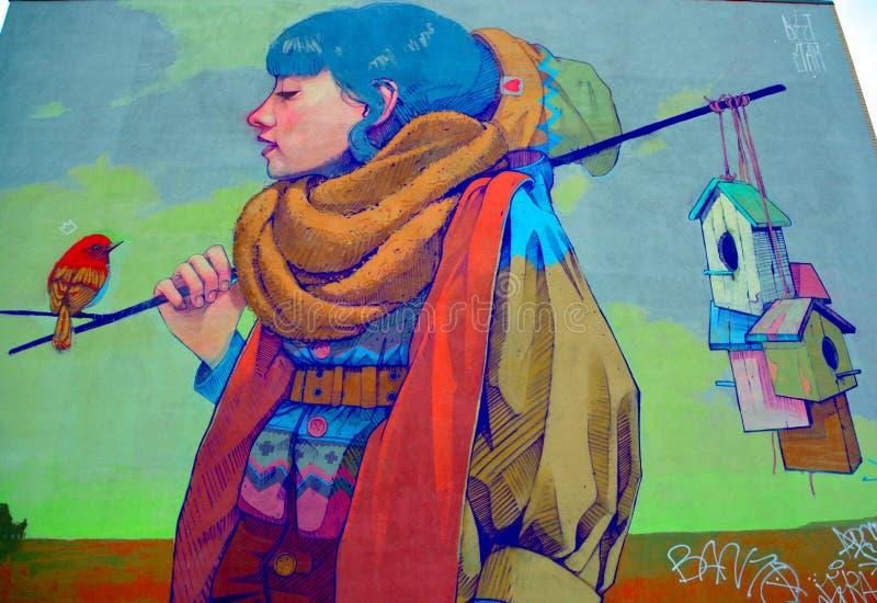 Donna di Montreal di arte della via un uccello immagini stock