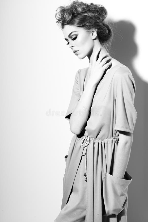 Donna di Msterious in vestito fotografia stock libera da diritti