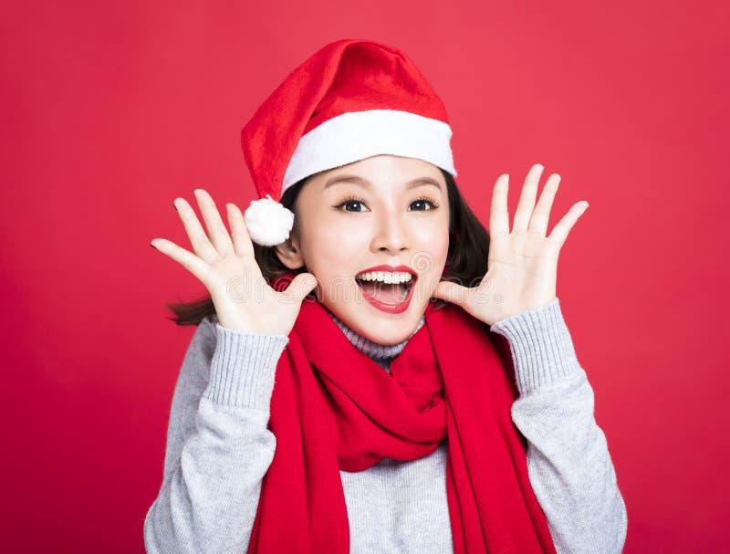 Donna di Natale che porta il cappello di Santa e sorpresa fotografia stock libera da diritti