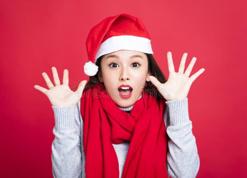 Donna di Natale che porta il cappello di Santa e sorpresa immagini stock libere da diritti