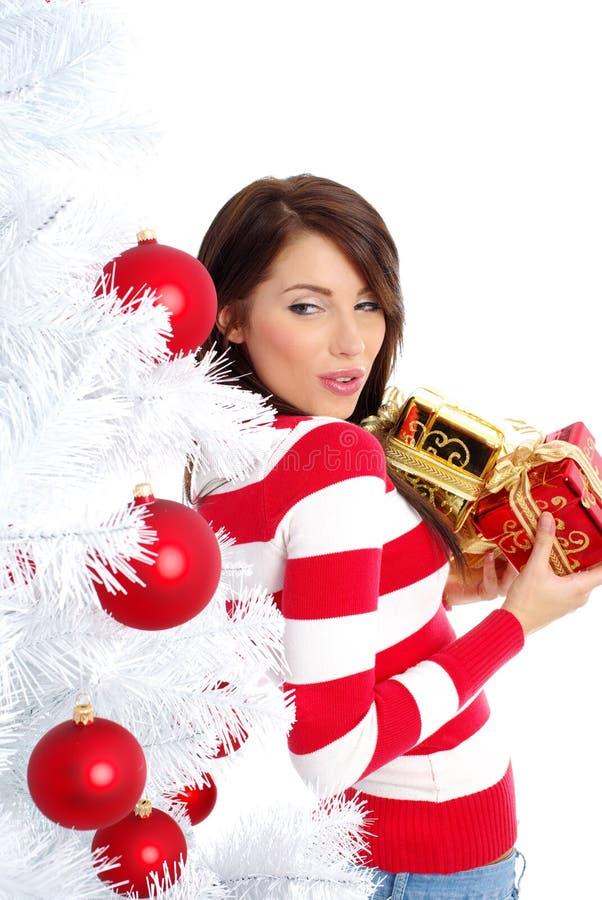 Donna di natale con il contenitore di regalo. immagine stock