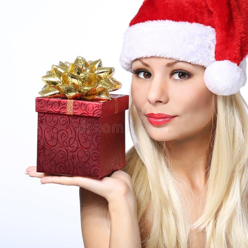Donna di Natale con il contenitore di regalo. Bello Blondel in Santa Hat immagine stock