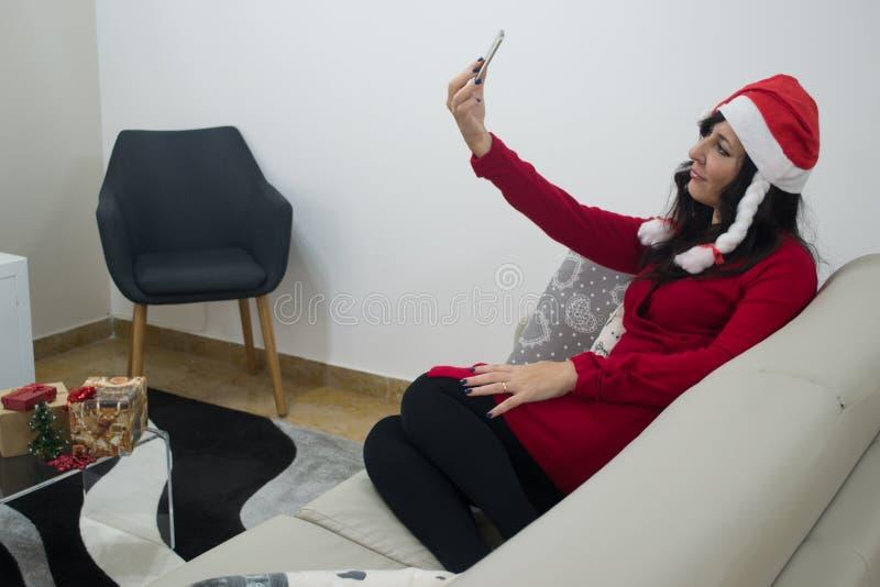 Donna di natale di Santa che fa selfie immagine stock libera da diritti