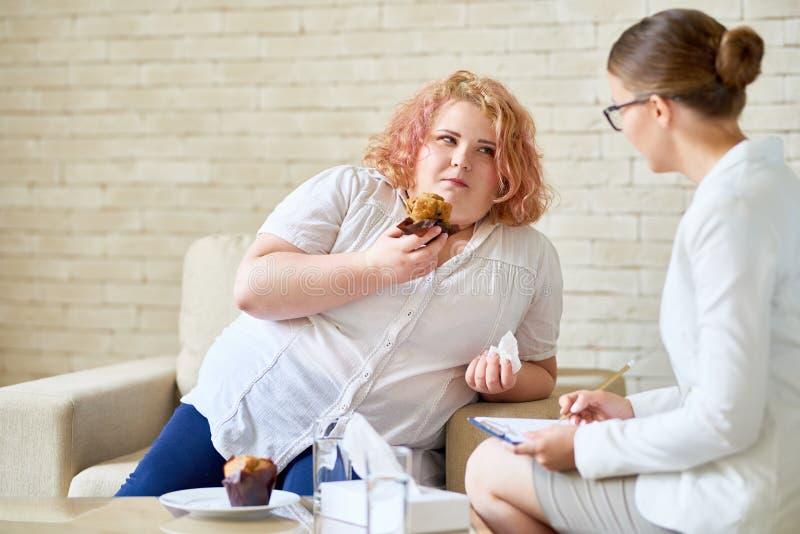 Donna di peso eccessivo che soffre dal disordine alimentare immagine stock