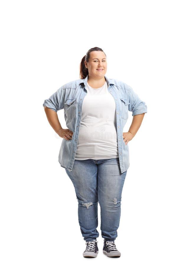 Donna di peso eccessivo che sta con le mani sulla sua vita immagini stock libere da diritti