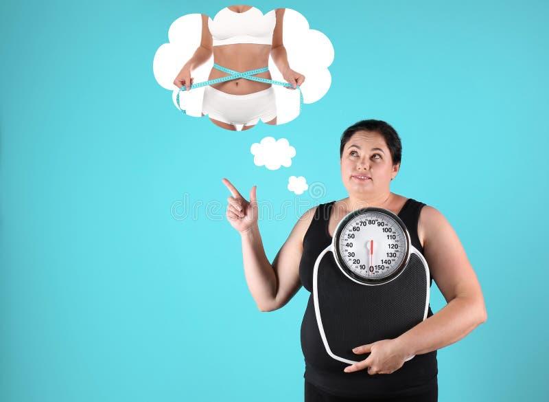 Donna di peso eccessivo con il sogno delle scale fotografie stock libere da diritti