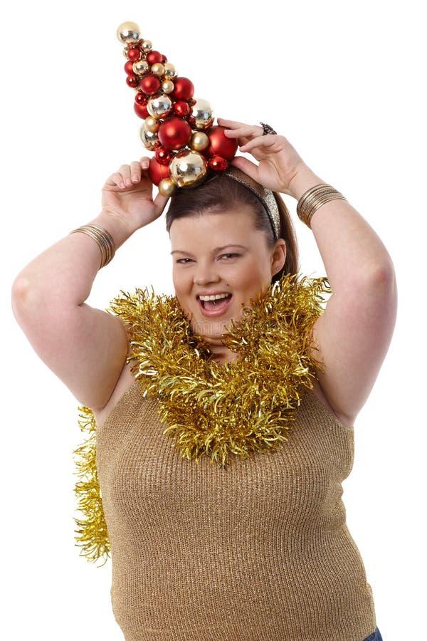 Donna di peso eccessivo con piccolo sorridere dell'albero di Natale fotografie stock libere da diritti