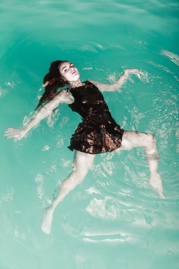 Donna di posa sessuale in acqua fotografia stock