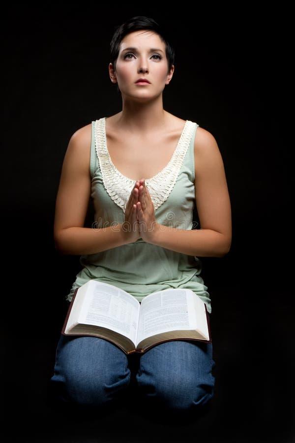 Donna di preghiera della bibbia fotografia stock libera da diritti