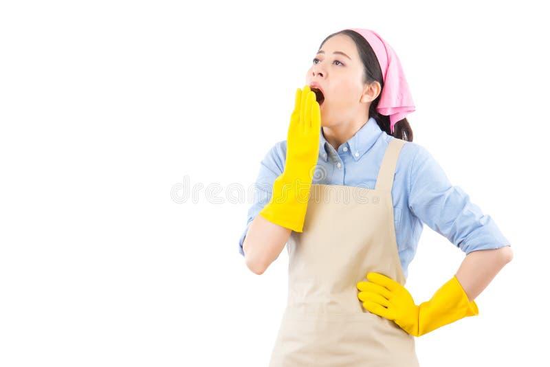 Donna di pulizia sonnolenta con la bocca aperta fotografie stock libere da diritti
