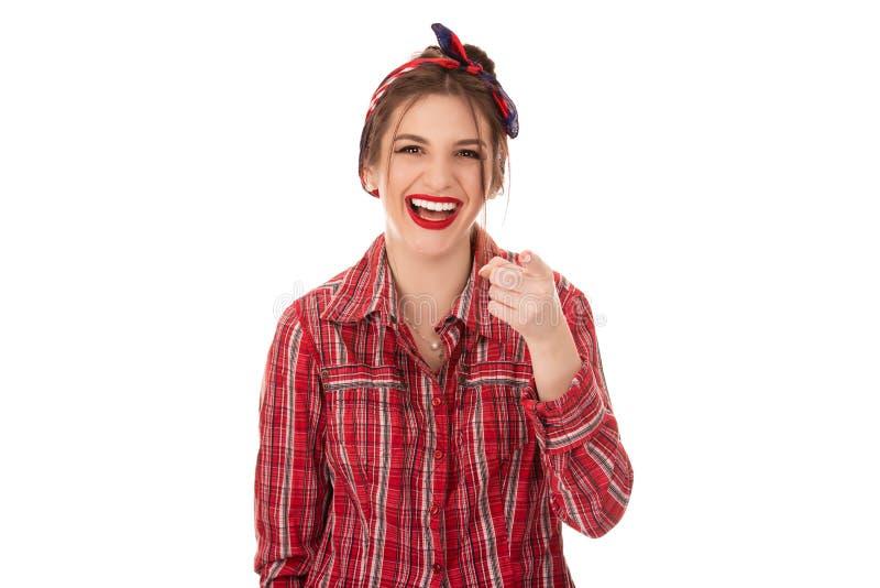 Donna di risata che indica dito al gesto della macchina fotografica dello spettatore fotografia stock libera da diritti