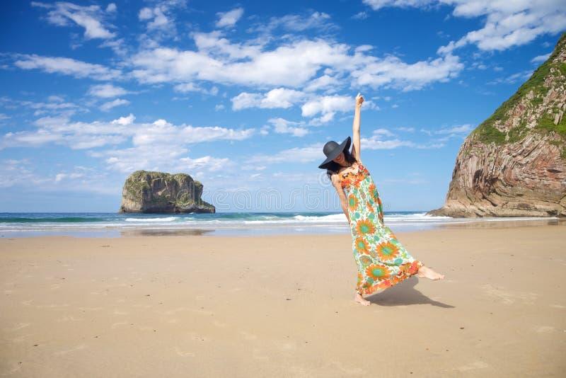 Donna di risata in spiaggia del Ballota immagini stock libere da diritti