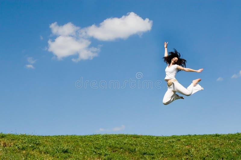 donna di salto felice fotografie stock libere da diritti