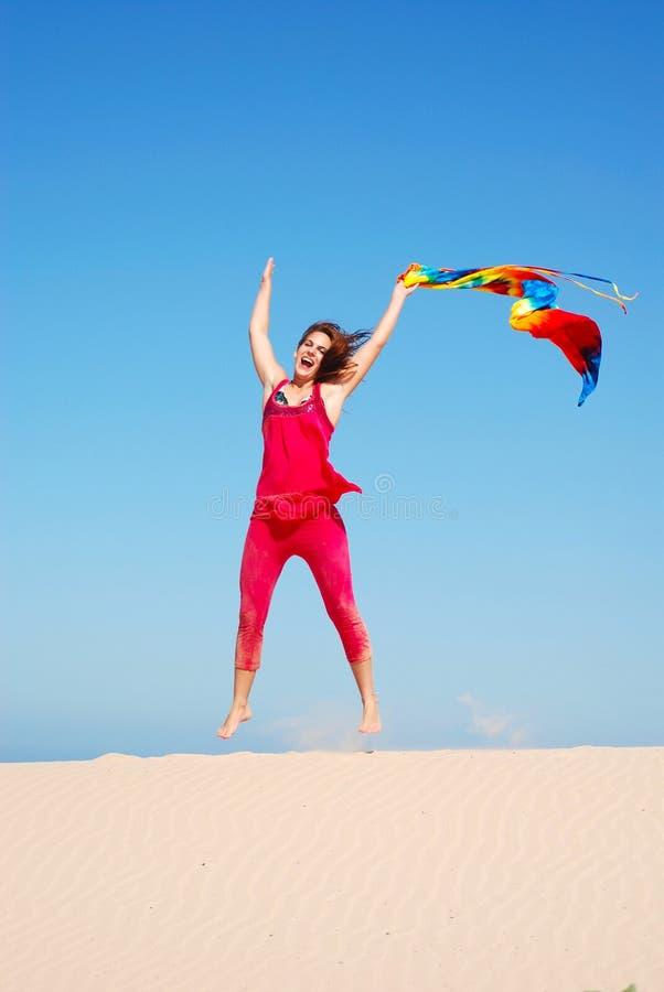 Donna di salto felice di estate immagini stock libere da diritti