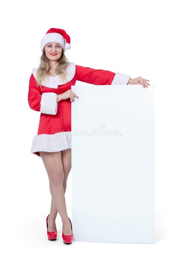 Donna di Santa che tiene grande insegna vuota verticale bianca, isolata su fondo bianco fotografia stock