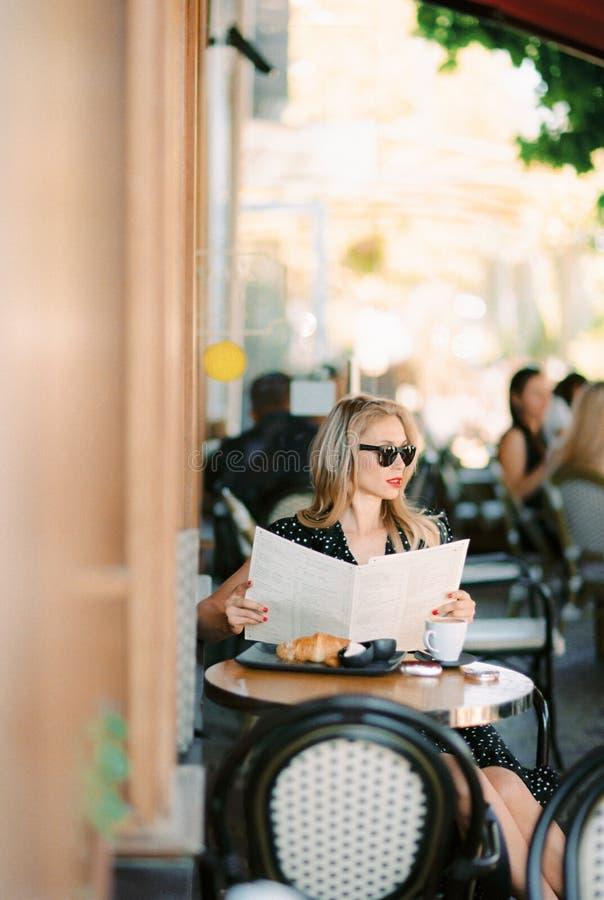 donna di seduta del bello caff? immagini stock libere da diritti