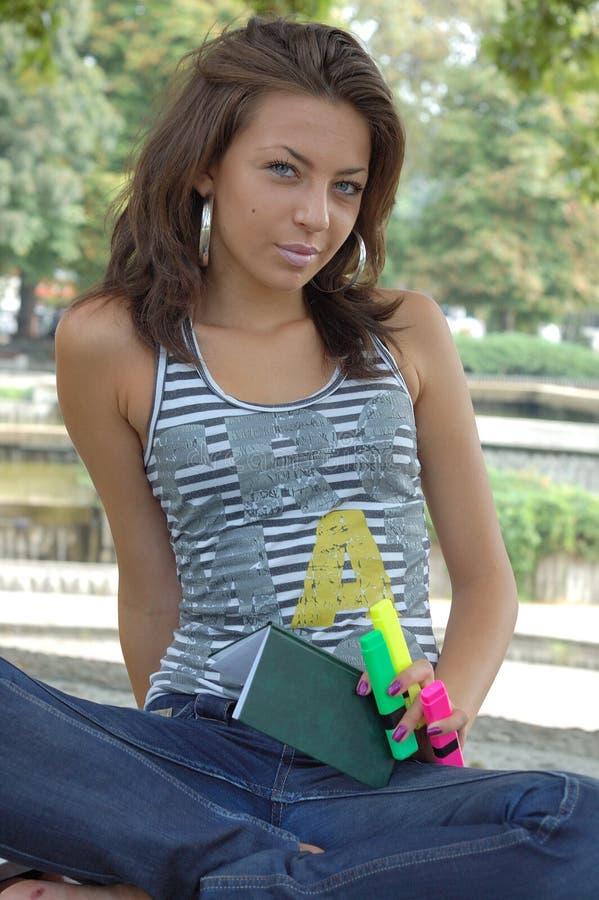 donna di seduta esterna casuale fotografie stock
