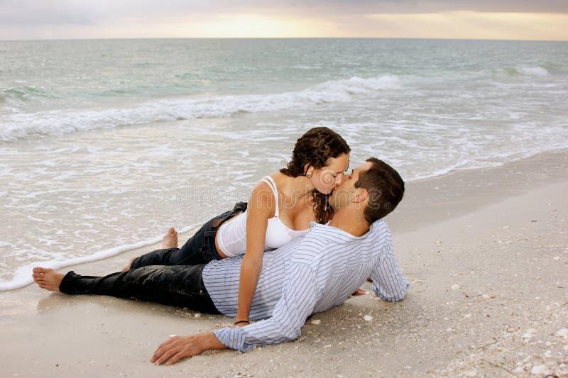 donna di seduzione di tramonto dell'uomo della spiaggia fotografia stock libera da diritti