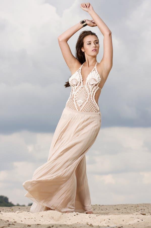Donna di sensualità ed attraente nel deserto fotografie stock