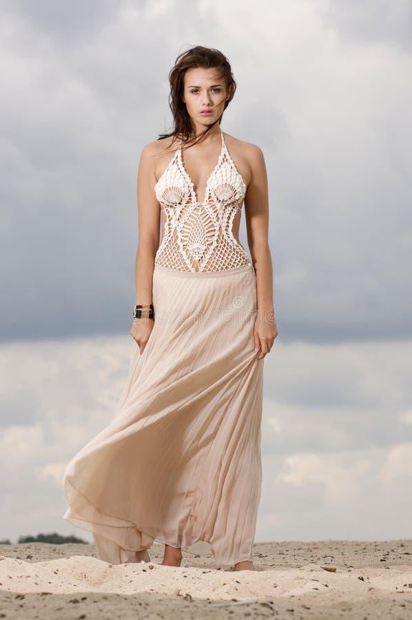 Donna di sensualità ed attraente nel deserto immagine stock