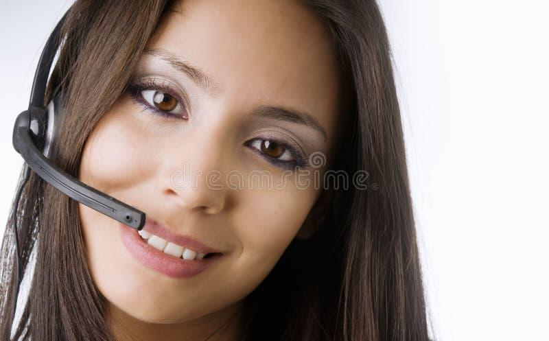 Donna di servizio di assistenza al cliente che comunica sul telefono immagini stock libere da diritti