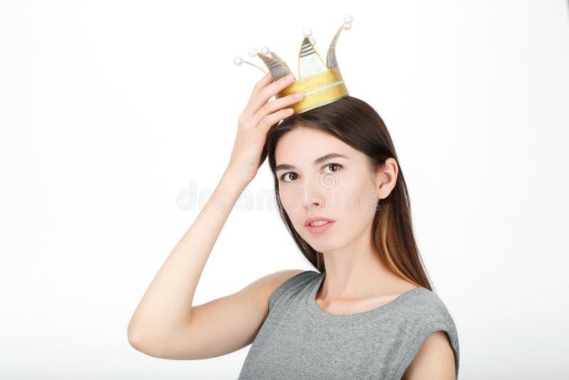 Donna di sguardo felice emozionante che indossa una corona fatta a mano di principessa Il primo piano del modello femminile cauca immagine stock