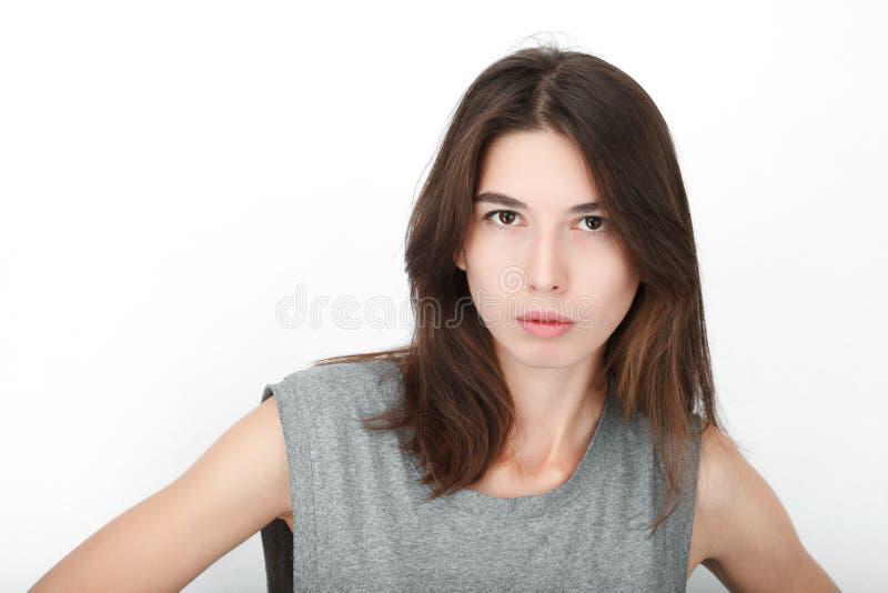 Donna di sguardo felice emozionante Primo piano del modello femminile caucasico asiatico felice della corsa mista isolato su fond fotografia stock