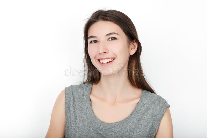 Donna di sguardo felice emozionante Primo piano del modello femminile caucasico asiatico felice della corsa mista isolato su fond fotografie stock libere da diritti