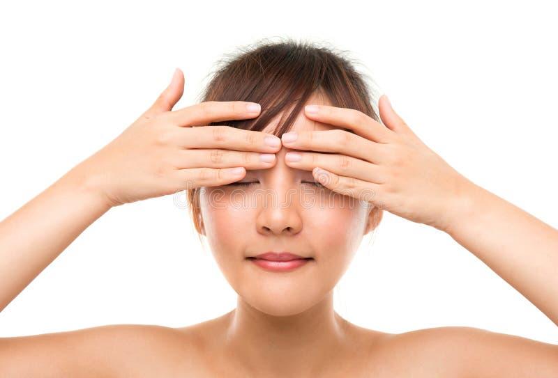 Donna di Skincare che mette la crema dell'occhio immagini stock libere da diritti