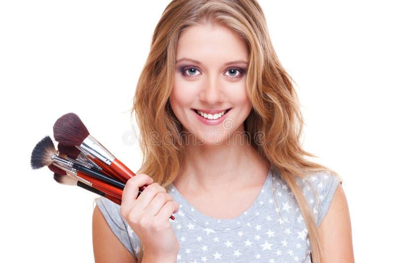 Donna di smiley con le spazzole di trucco fotografia stock