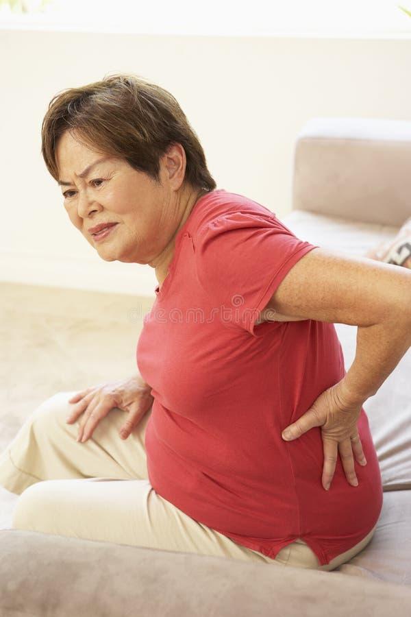 donna di sofferenza maggiore di dolore domestico posteriore immagini stock